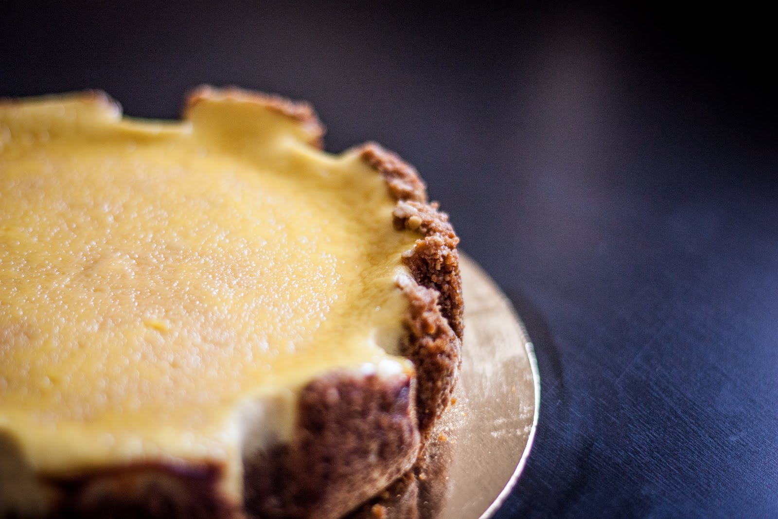 Okraj cheesecaku s krémem z mascarpone.