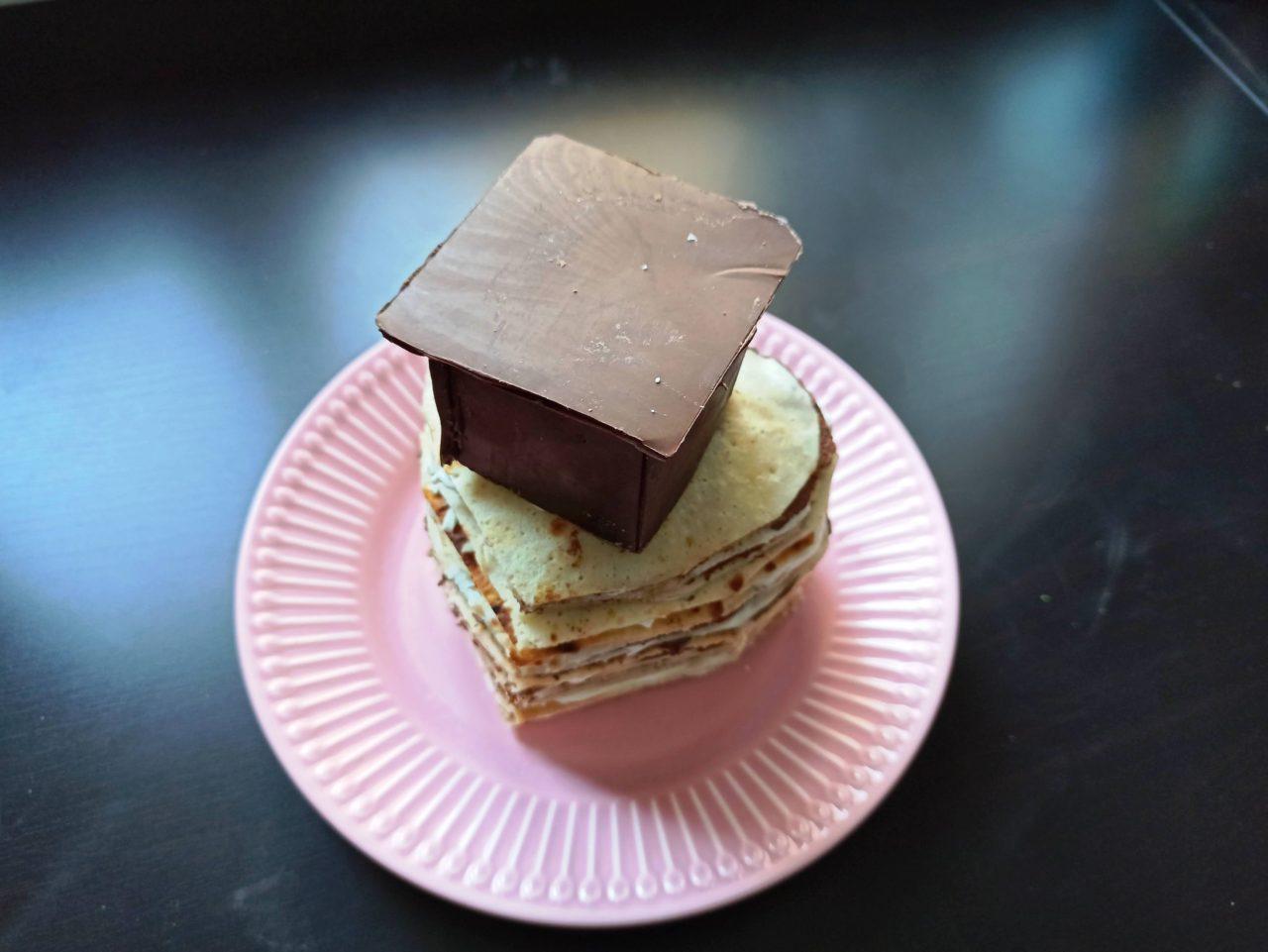 Palačinkový dort: náplň má z tvarohu a čokolády.